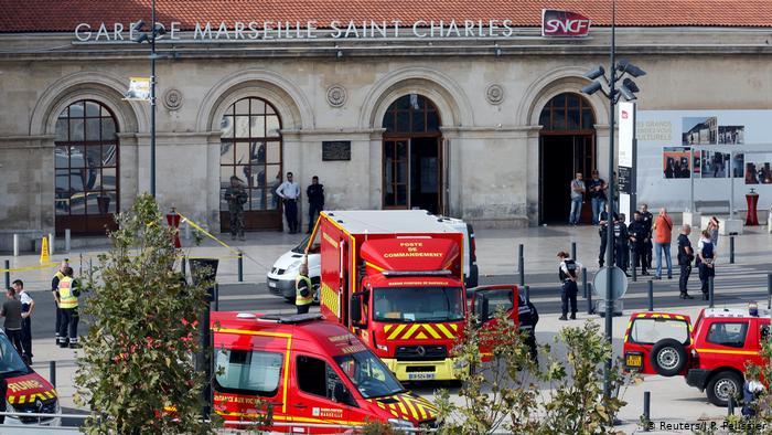 Véhicule d'urgence devant la gare de Marseille (Reuters / J.P. Pelissier)