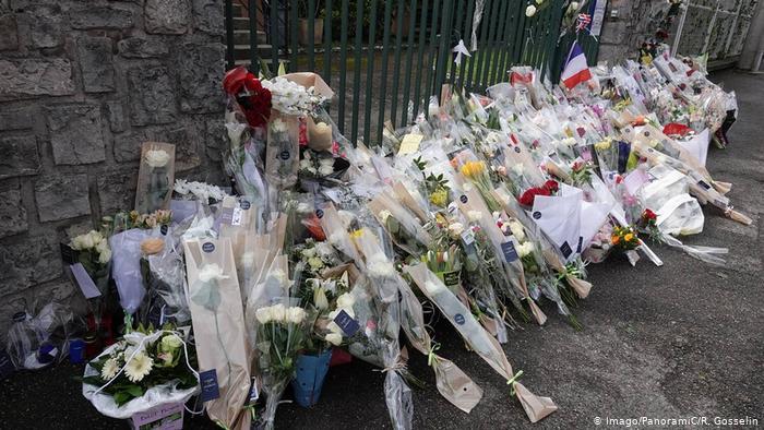 Fleurs placées pour le policier Arnaud Beltrame