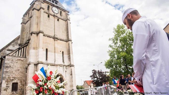 Un musulman pleure devant une église (picture-alliance / dpa / C. Petit Tesson)