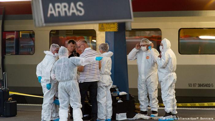 Les enquêteurs recherchent un train assis dans la gare (picture-alliance / dpa / P. Bonniere)