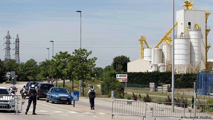 Police à l'extérieur de l'usine à gaz (Reuters / E. Foudrot)
