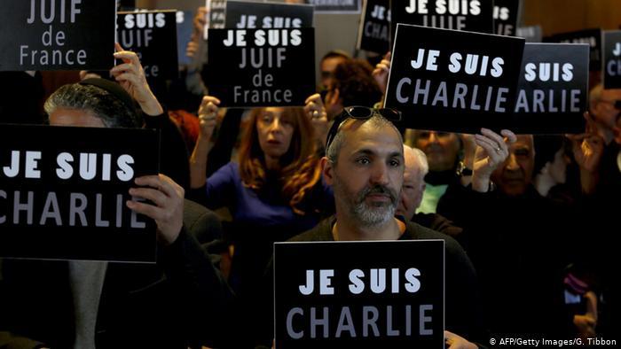 Les gens brandissent des pancartes indiquant Je Suis Charlie (AFP / Getty Images / G. Tibbon)