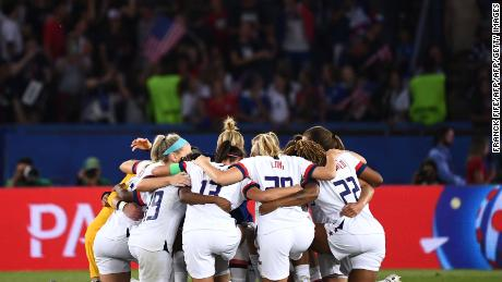 Les joueurs américains s'entassent à la fin du match.