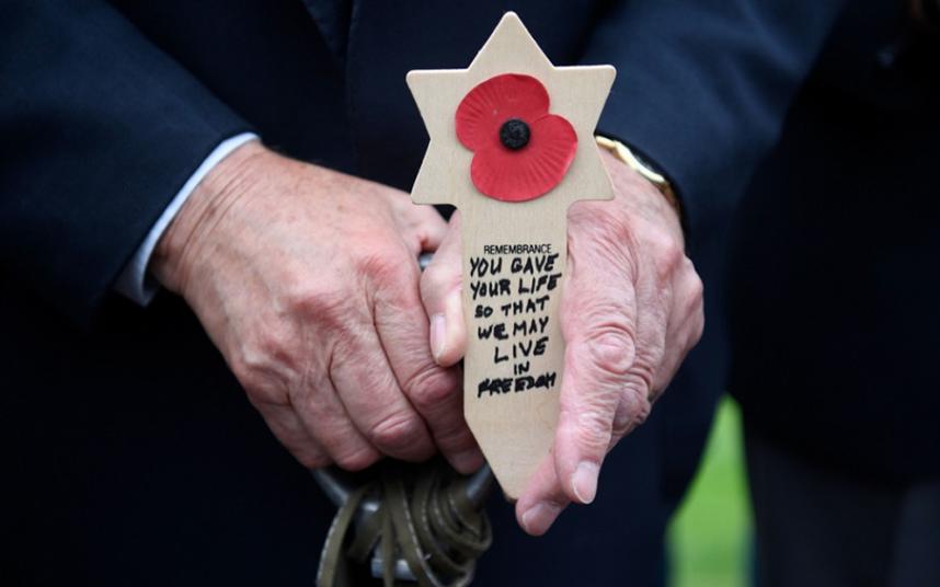 Commémorations du jour J: Theresa May remercie les anciens combattants dans un discours émouvant à l'occasion du 75e anniversaire de leur mariage
