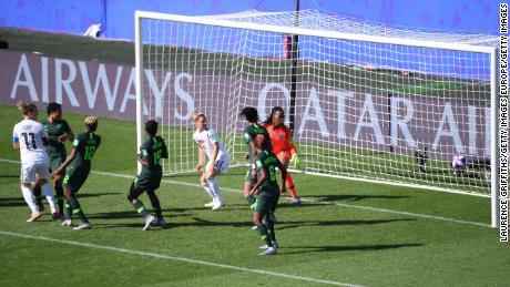 Popp marque pour l'Allemagne tandis que son coéquipier Huth est devant le dernier défenseur pendant que le ballon est joué.