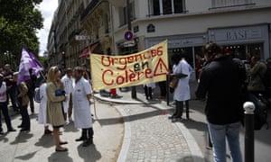Les manifestants tiennent une bannière sur laquelle on peut lire «Le service d'urgence en colère».