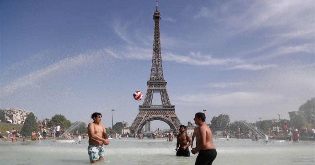 La chaleur record en Europe oblige les touristes à s'adapter