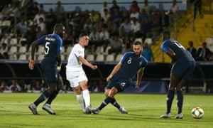 Phil Foden ouvre le score pour l'Angleterre après avoir valsé à travers la défense de la France.