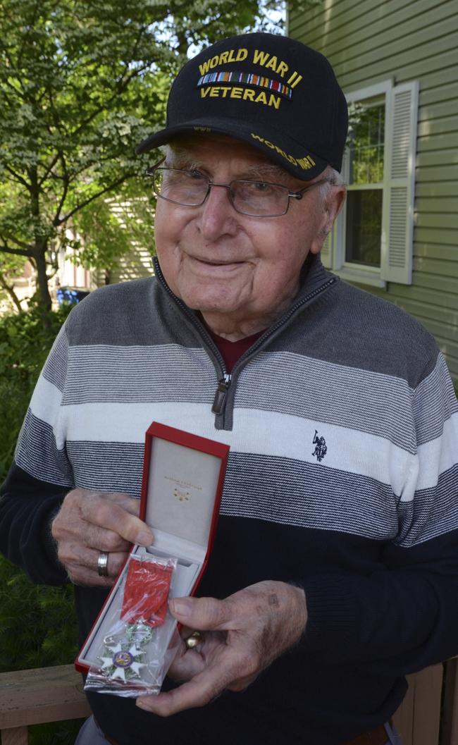 Un ancien combattant reçoit une médaille de la Légion d'Honneur française | Nouvelles, sports, emplois