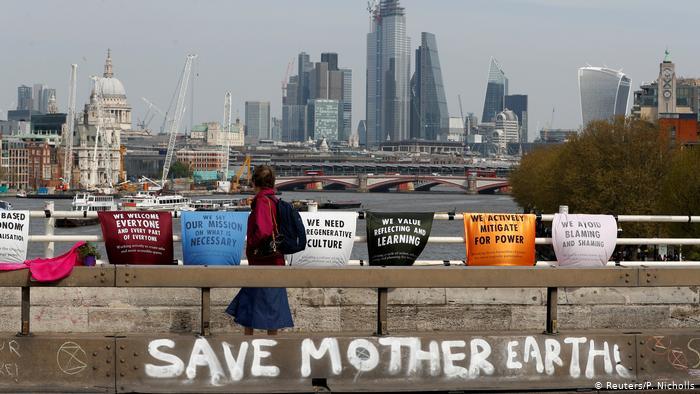 Une personne traverse le pont de Waterloo pendant la manifestation contre la rébellion d'extinction à Londres (Reuters / P. Nicholls)