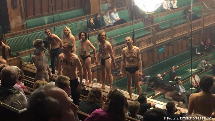 Des militants de la rébellion Extinction se déshabillent dans la galerie publique de la Chambre des communes à London (Reuters / EXTINCTION REBELLION)