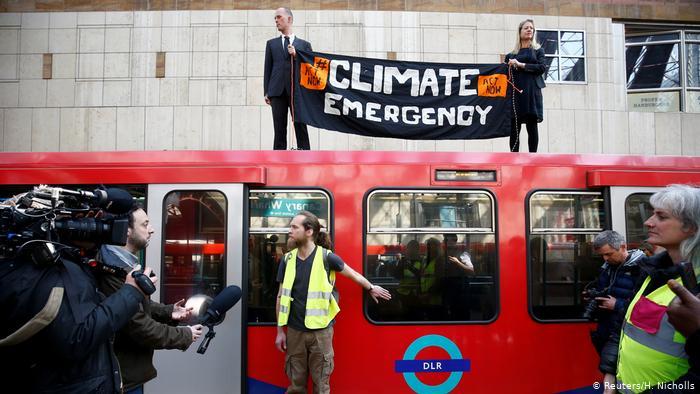 Des militants du changement climatique manifestent lors de la manifestation contre la rébellion Extinction, à Canary Wharf (Reuters / H. Nicholls)