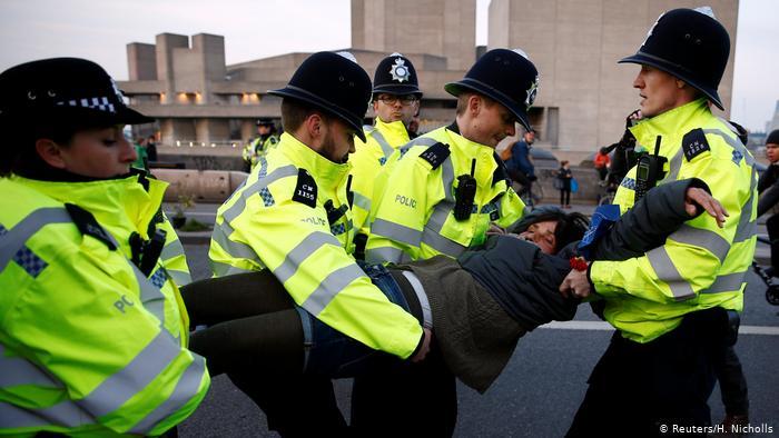 La police arrête un manifestant alors que des militants du changement climatique manifestent lors d'une manifestation contre la rébellion de l'extinction (Reuters / H. Nicholls)
