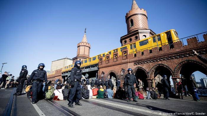Des activistes sur le pont Oberbaum à Berlin bloquent la circulation (picture-alliance / dpa / C. Soeder)