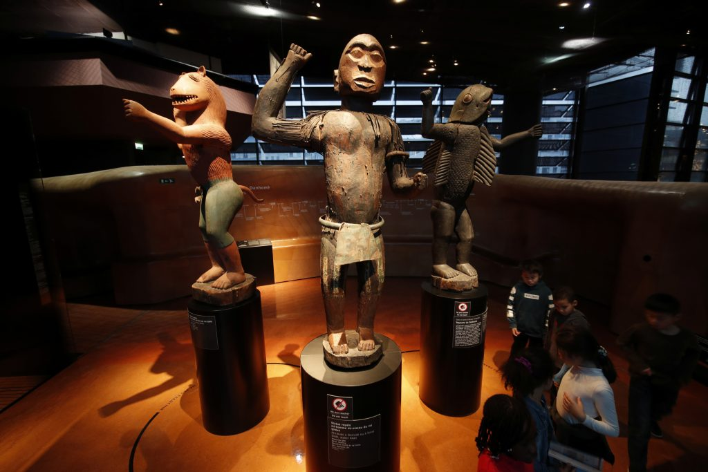 La France accélère le retour des artefacts du Bénin | Voix de l'amérique