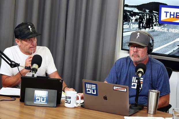 Lance Armstrong, à gauche, et JB Hager écoutent pendant que George Hincapie (non représenté) parle pendant