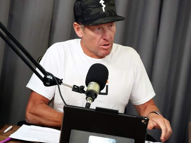 Lance Armstrong parle du Tour de France lors d'un enregistrement de