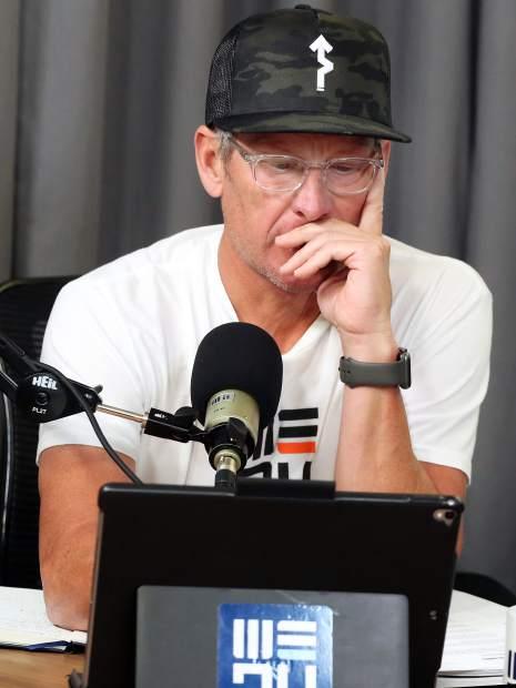 Lance Armstrong étudie ses notes avant l'enregistrement