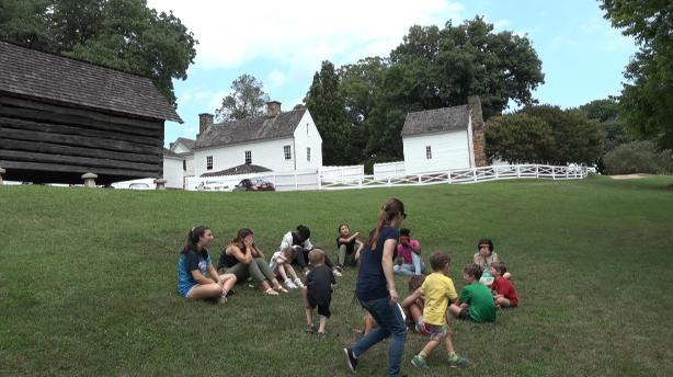 Les enfants apprennent l'espagnol et le français pendant le camp linguistique d'été