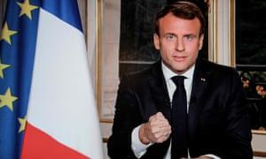 Le président français Emmanuel Macron s'engage dans une émission télévisée à reconstruire la cathédrale le lendemain de l'incendie.