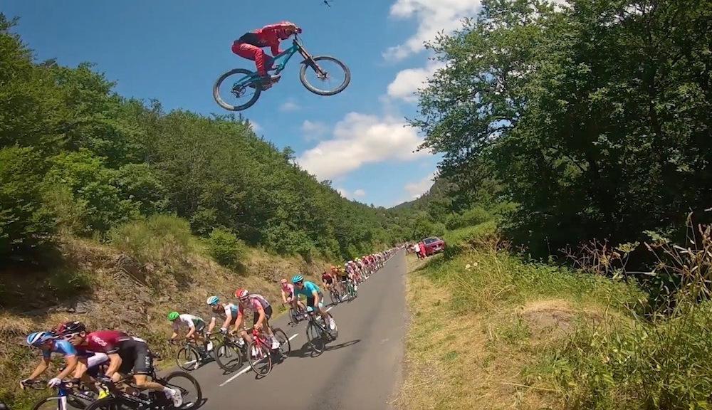 Un motard de montagne saute par-dessus le peloton du Tour de France