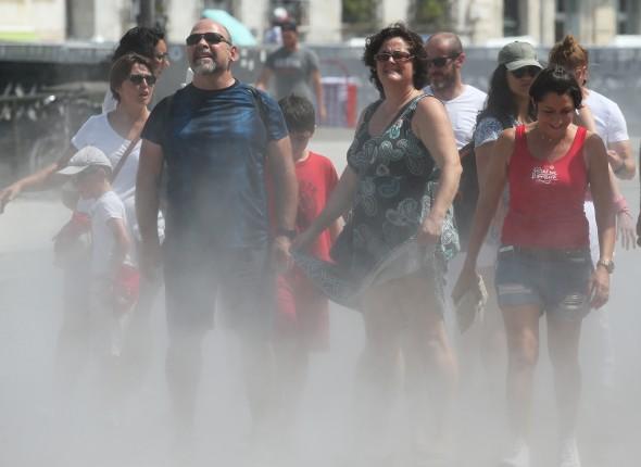 Les gens de la vague de chaleur de Paris