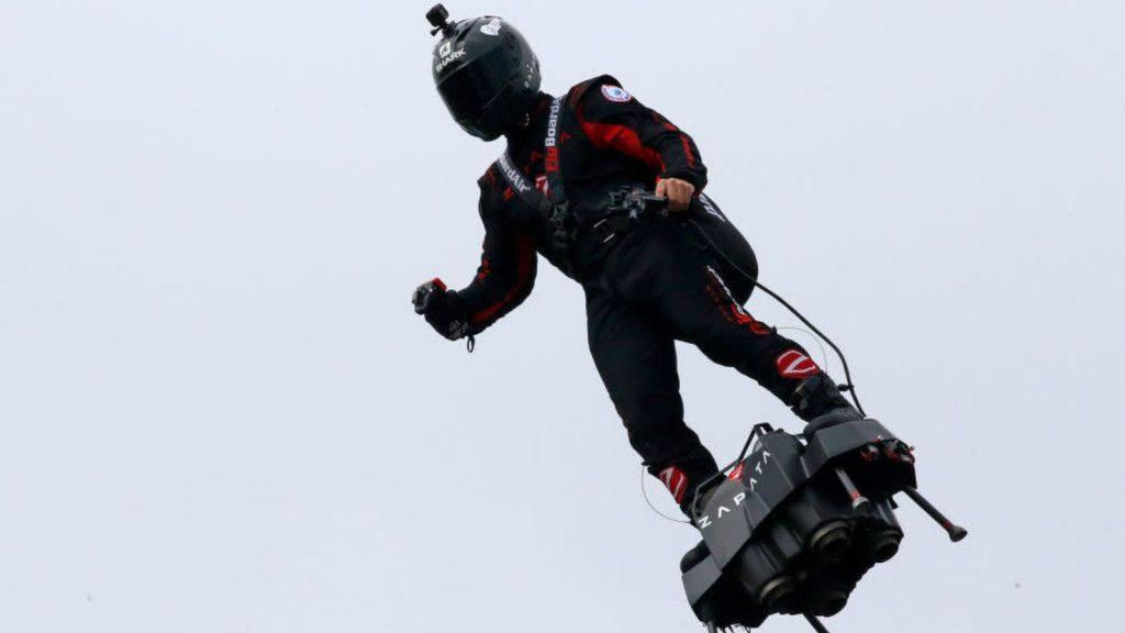 Hoverboard français supervillain tente de traverser la Manche en mangeant la merde