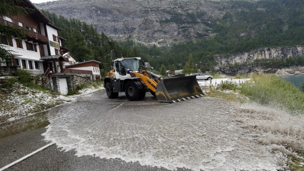 Tour de France stoppé par la tempête de grêle, glissement de terrain