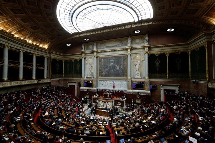 FILE PHOTO: Vue générale de l'Assemblée nationale française lors des questions à la séance du gouvernement à Paris (France), le 4 décembre 2