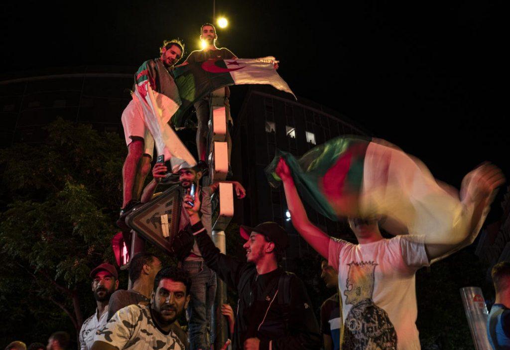 Les supporters de football algériens lancent un débat sur l'identité nationale en France