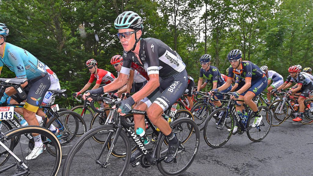 REGARDER: un cycliste de montagne saute par-dessus les coureurs du Tour de France et maintient l'atterrissage