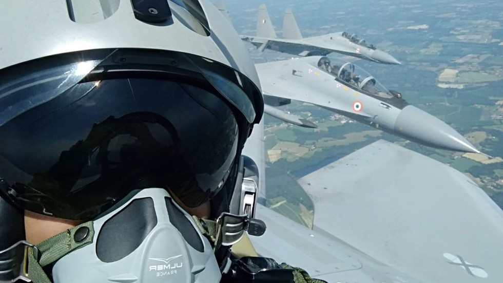 Un pilote français prend un selfie à l'intérieur du Su-30 développé en Russie, qu'il appelle «un excellent avion» (PHOTOS) - RT World News