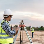 Arpentage de votre terrain : trouver un arpenteur géomètre professionnel